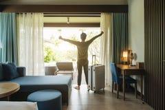 Soggiorno felice del viaggiatore di viaggiatore con zaino e sacco a pelo nell'hotel di alta qualità Fotografie Stock