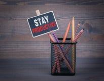 Soggiorno produttivo Un piccolo gessetto per lavagna e una matita colorata sopra immagini stock