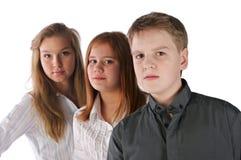 Soggiorno ragazze delle due e del ragazzo nella riga Immagine Stock Libera da Diritti