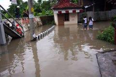 Soggiorno a scuola durante l'inondazione Immagini Stock Libere da Diritti