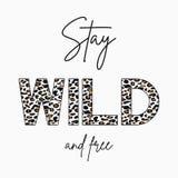 Soggiorno selvaggio - slogan per la maglietta con struttura della pelle del leopardo Stampa di modo per la maglietta delle ragazz illustrazione vettoriale
