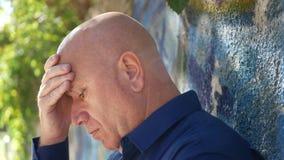 Soggiorno turbato dell'uomo disperato vicino ad una parete sul Gesturing della via deludente stock footage