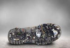 Sogliola della scarpa con sporcizia ed immondizia immagini stock
