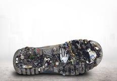 Sogliola della scarpa con sporcizia ed immondizia fotografia stock libera da diritti