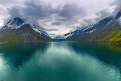 Sogn og Fjordane, Norge - Maj 14, 2017: Panorama av en fjord in fotografering för bildbyråer