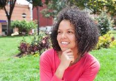 Sognando donna colombiana fuori in un parco Immagine Stock Libera da Diritti