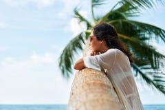 Sognando la bella donna rilassi sulla spiaggia tropicale con la palma fotografie stock libere da diritti