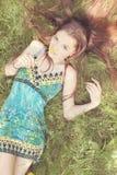 Sognando nell'erba Fotografie Stock Libere da Diritti