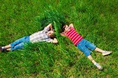 Sognando sull'erba Fotografie Stock