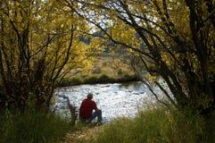 Sognatore della riva del fiume Fotografia Stock
