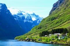 Sogne海湾,挪威的海岸的镇静和平安的村庄 库存照片