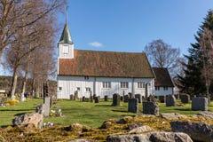 Sogne, Noruega - 21 de abril de 2018: Igreja velha de Sogne Igreja de madeira branca em Sogne, uma igreja paroquial em Sogne, ves Imagem de Stock Royalty Free