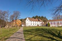 Sogne, Norwegen - 21. April 2018: Sogne Gamle Prestegard oder altes Sogne-Pfarrhaus Pfarrhaus mit hölzernen Gebäuden, Weste-Agder stockfotografie