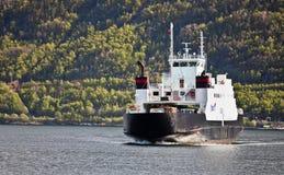SOGNEFJORD,挪威- 2012年5月12日:靠气体发动的轮渡Fjord1运输公司Sogn移动横跨Sognefjord的乘客 库存图片