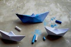 Sogni circa il mare Un simbolo del viaggio e della libertà Una nave fatta di carta pastelli pastelli di +EPS in una tazza Fotografia Stock