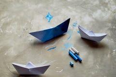 Sogni circa il mare Un simbolo del viaggio e della libertà Una nave fatta di carta pastelli pastelli di +EPS in una tazza Immagine Stock Libera da Diritti