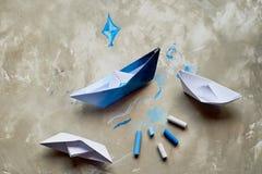 Sogni circa il mare Un simbolo del viaggio e della libertà Una nave fatta di carta pastelli pastelli di +EPS in una tazza Fotografia Stock Libera da Diritti