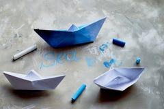 Sogni circa il mare Un simbolo del viaggio e della libertà Una nave fatta di carta pastelli pastelli di +EPS in una tazza L'iscri Fotografie Stock