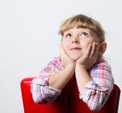 sogni del bambino su una sedia fotografie stock