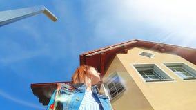 sogni della ragazza vestiti variopinti di bei di un giorno soleggiato della casa Fotografia Stock Libera da Diritti