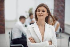 Sogni di giovane donna di affari che sta nell'ufficio fotografia stock