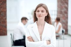 Sogni di giovane donna di affari che sta nell'ufficio fotografie stock