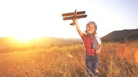 Sogni felici del bambino di viaggio e di gioco con un pil dell'aeroplano fotografia stock libera da diritti