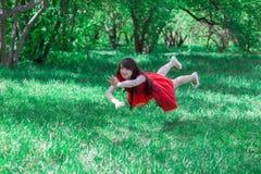 Sogni per Bello castana sulla natura in un rosso fotografie stock