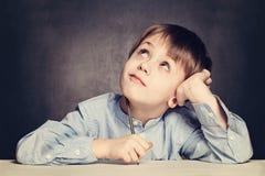 Sogno dell'allievo del ragazzo di scuola Fotografie Stock Libere da Diritti