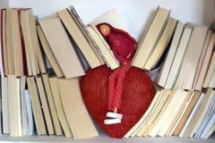 Sogno dell'amore fra i libri e un grande cuore fotografia stock