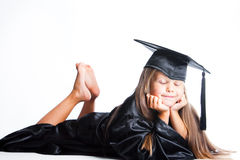 Sogno della bambina in vestito da graduazione su isolat Fotografia Stock Libera da Diritti