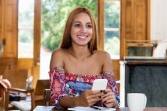 Sogno della donna che invia messaggio con il telefono cellulare Fotografie Stock
