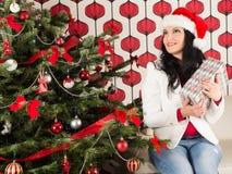Sogno della donna con l'albero di Chrismas Immagini Stock