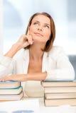 Sogno della donna di affari giovane con molti libri Fotografia Stock Libera da Diritti