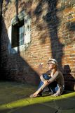 Sogno della donna graziosa con il cappello bianco Fotografia Stock Libera da Diritti