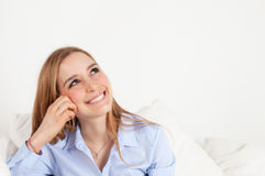 Sogno della giovane donna su un sofà Fotografia Stock Libera da Diritti