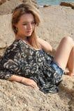 Sogno della ragazza bella che si siede sulle grandi pietre Fotografia Stock Libera da Diritti