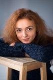 Sogno della ragazza dei capelli dello zenzero del ritratto Fotografia Stock
