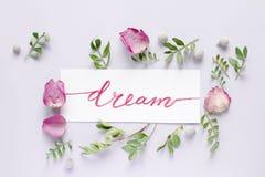 Sogno floreale di vista superiore del modello di calligrafia fotografia stock