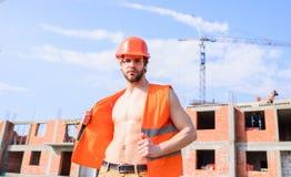 Sogno macho del torso muscolare sexy del costruttore di ogni donna Caporeparto macho sexy Supporto protettivo del casco del tipo  immagine stock