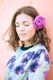 Sogno marrone del fiore della ragazza dei capelli del ritratto Fotografia Stock