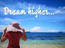 Sogno più alto e un bello giorno soleggiato e una condizione della donna che distolgono lo sguardo ulteriore vista di oceano di m fotografie stock