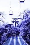 Sogno porpora sulle montagne e sulle cabine di funivia nevose immagini stock