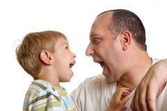 Sohn, der mit Vater spielt Stockbild
