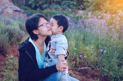 Sohn, der seine Mama küßt Lizenzfreies Stockfoto