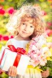 Sohn gibt der Mama eine Blume stockbild