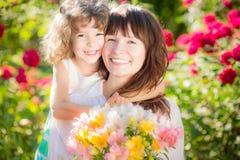 Sohn gibt der Mama eine Blume stockfotografie