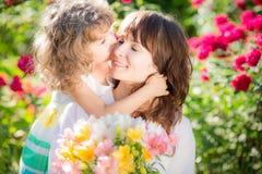Sohn gibt der Mama eine Blume stockfoto