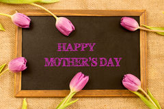 Sohn gibt der Mama eine Blume Stockbilder