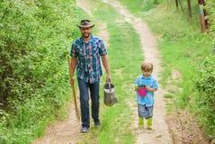 Sohn-Sorgfaltanlagen des Vatis unterrichtende Tag des Baums Pflanzen der B?ume Baumpflanzentradition Wenig Helfer im Garten erric stockfoto